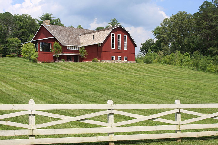 red barn style farmhouse in Wisconsin